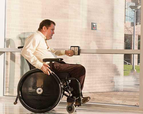 در اتوماتیک برای استفاده ی معلولان و آسانی باز و بسته شدن آن می باشد