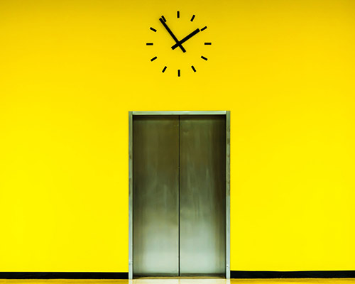آسانسوری که توسط درب روکش استیل ساخته می شود و استفاده از آن رفت و آمد را آسان تر می کند
