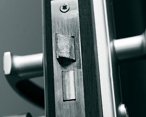 در محکم از جنس استیل با قفل های ضد سرقت در ورودی منزل