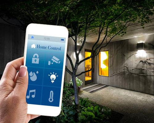 رل روشنایی فضا با سنسور ترموستات اتاقی هوشمند و یک گوشی سفید و درخت