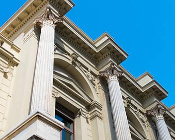 اين ساختمان که با نماي سنگي آراسته شده و يادآور کاخ ورساي است ، در حقيق يک ساختمان قديمي بوده که مورد انواع مرمت ها از لحاظ معيار هاي نوين قرار گرفته است