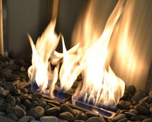 شعله های آتش شومینه اتانول سوز نشان داده شده است