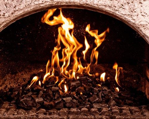 شومینه ذغال سوز با شعله های آتش نشان داده شده است