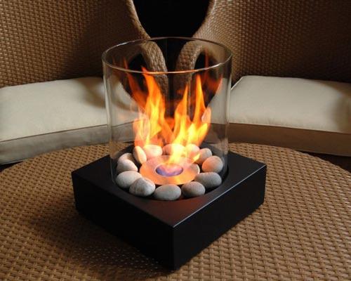 شومینه ژل سوز رومیزی با شعله های آتش درون آن نشان داده شده است