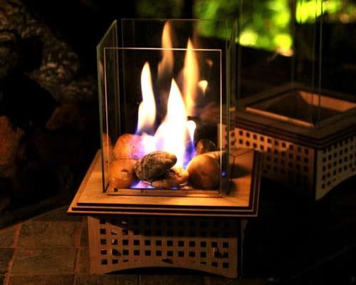 شومینه ژل سوز دستی با شعله های آتش درون آن نشان داده شده است