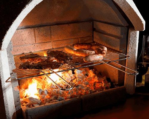 شومینه کبابی که روی آن گوشت و مواد غذایی در حال کیاب شدن هستن نشان داده شده است