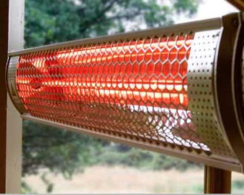 هیتر تابشی کوارتز در حال گرم کردن فضای خانه است