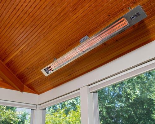 هیتر تابشی برقی داخل خانه که در سقف نصب شده نشان داده شده است
