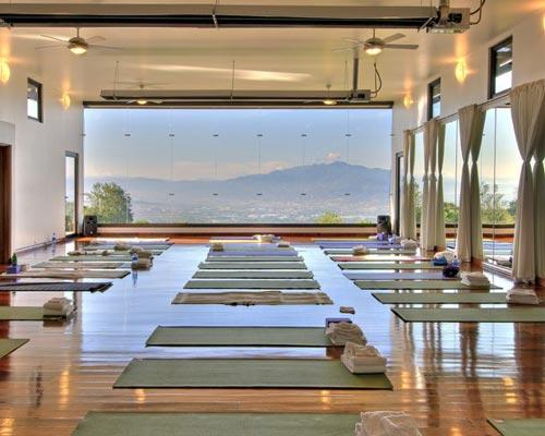 هیتر تابشی به کار رفته در سالن یوگا را نشان داده شده است