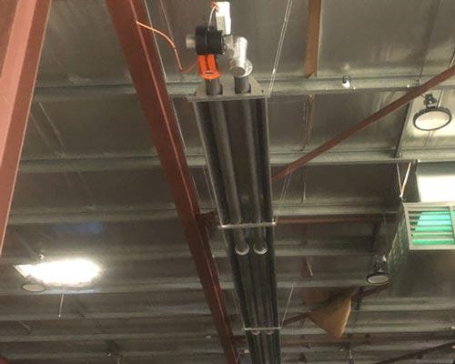 یک هیتر تابشی لوله ای که به سقف نصب شده نشان داده شده است