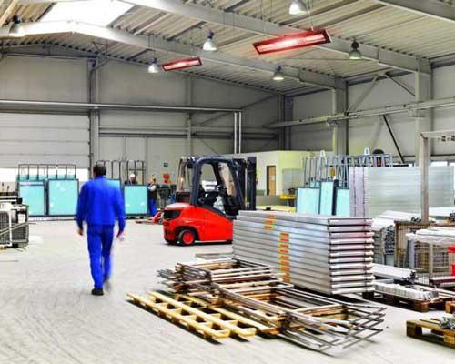 هیتر های تابشی در حال گرم کردن فضای کارخانه هستند