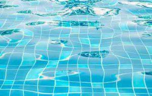 تصویر یک استخر با آبی پاکیزه