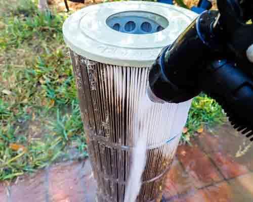 نمایی از شستو شوی فیلتر های درون سیستم تصفیه آب کارتریجی