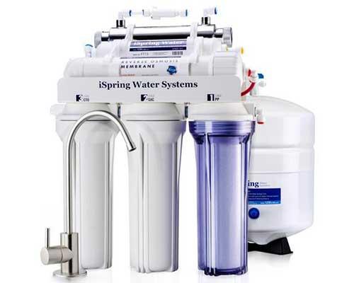 یک شیر آب نقره ای و یک دستگاه تصفیه آب