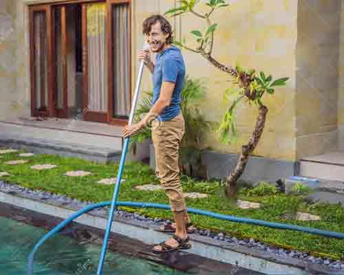 نمایی از فردی که استخر را تمیز می کند