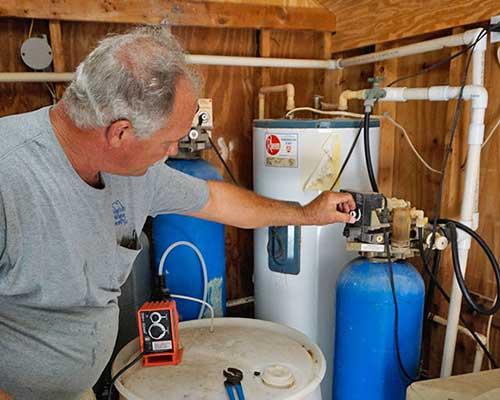 دستگاه تصفیه آب و یک تکنسین مرد