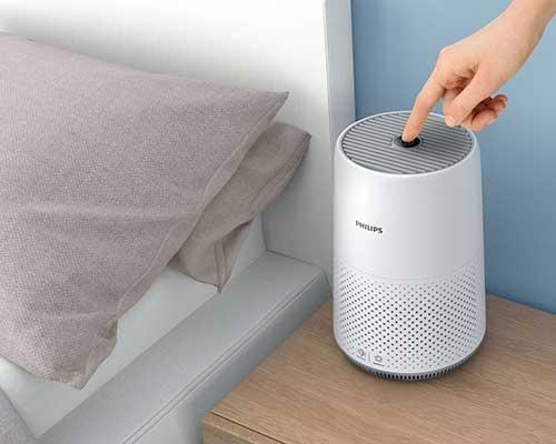 دستگاه تصفیه هوا سفید در اتاق خواب