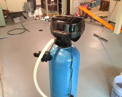 یک دستگاه تصفیه آب پرتابل به رنگ آبی در کارگاه