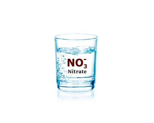 یک لیوان آب تصفیه شده به وسیله دستگاه تصفیه آب که روی آن نوشته شده نیترات