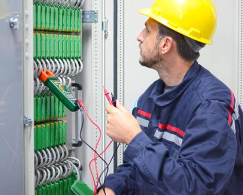 دستگاه انرژی میتر برای کنترل مصرف انرژی و یک تکنسین