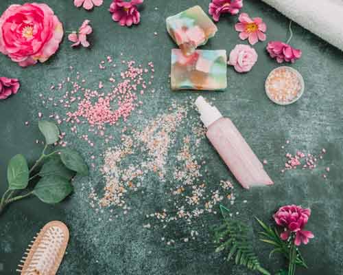 به دليلي فضاي کوچک گلدان ها و بزرگتر شدن ريشه ها گل ها و گياهان در داخل ديوار فرو ريختن و بر روي چمن مصنوعي قرار گرفته اند