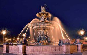آبشاري که در داخل شهر قرار گرفته و با چراغ تزيين شده است