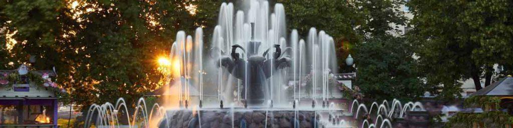 آبشار سنگي که در وسط ميدان قرار گرفته و نازل ها آب را به سمت بالا پرتاب مي کنند