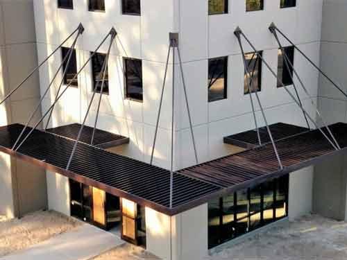 سازه هاي فلزي سايبان که به کمک آن ها آفتابگير ها در ورودي درب نصب شده اند