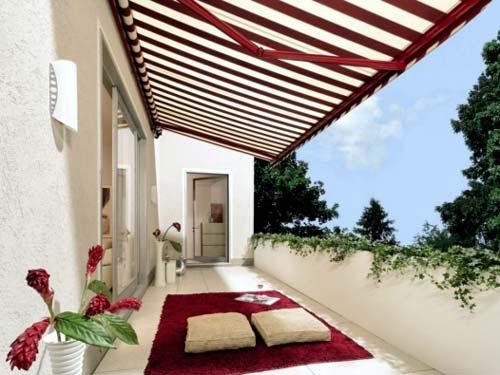 سايبان که بر روي بالکن نصب شده است و باعث ايجاد سايه شده است و از وسايل در برابر آفتاب و باران محافظت مي کند