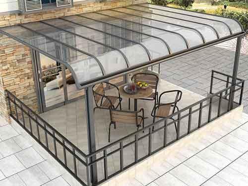 سايبان حياط که از جنس شیشه ساخته شده و نصب شده است و در زير آن صندلي و ميز قرار گرفته است